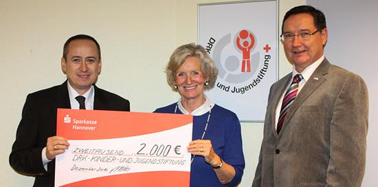 Madeleine Freifrau von Rössing (Präsidentin des DRK-Region Hannover e.V.), Michael J. Schöpf (S•CON Datenschutz, links) und Thomas Dettmer (Vorstandsmitglied DRK-Region Hannover e.V.)